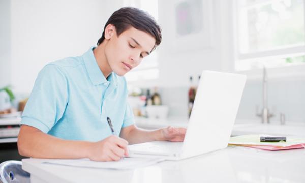 Estudante de curso online de direito