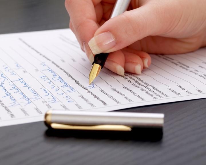 midia-indoor-mulher-caneta-papel-escrever-curriculo-selecao-processo-trabalho-carta-formulario-documento-assinar-contrato-escritura-mao-questionario-curriculo-resumo-assinatura-1271281389909_720x576