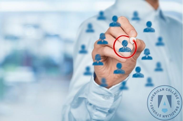 Como o conhecimento aprofundado em gestão pode ajudar a reter talentos?